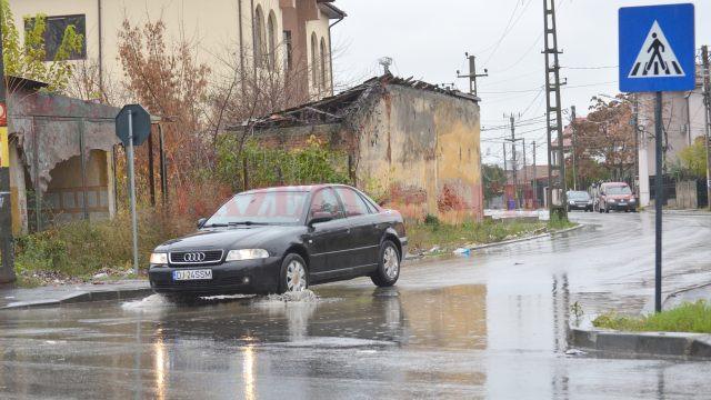 Pe strada Bucovăț, recent reabilitată, sunt zone unde apa nu are unde să se scurgă (Foto: Bogdan Grosu)