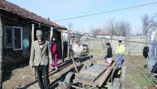 Acestui bătrân i-a fost suspendat ajutorul social. Într-o casă ce stă să cadă locuiesc 20 de persoane. (Foto: Lucian Anghel)