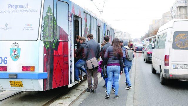 Primăria Craiova tergiversează lățirea peroanelor de tramvai, în detrimentul călătorilor care se înghesuie pe refugiile proiectate și construite greșit (FOTO: Claudiu Tudor)