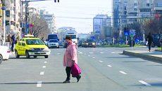 Oamenii preferă să traverseze printre maşini, chiar dacă trecerea de pietoni este în apropiere