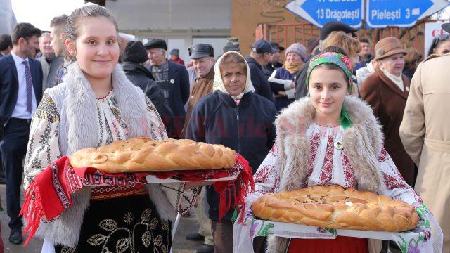 Elevii din Robăneşti, dar şi de la unităţi de învăţământ din Craiova, au participat la manifestările de la Robăneşti (Foto: Lucian Anghel)