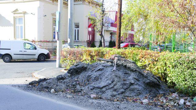 O parte din molozul rezultat după asfaltarea străzii Beethoven a fost lăsat pe trotuarul de pe strada Dumbrăveni (Foto: Lucian Anghel)