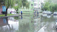 Parcare din cartierul 1 Mai inundată după o ploaie (Foto: arhiva GdS)