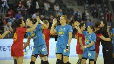 Cristina Zamfir (nr. 9, în albastru), jucătoarea de la SCM Craiova, a marcat trei goluri pentru România A (foto: Prosport)