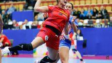 Oana Manea (la minge) și colegele sale încearcă să se califice în semifinalele competiției (foto: EHF)