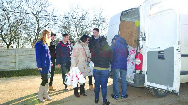 Echipele Radio Sud şi Civitas s-au împrietenit cu copiii în timp ce le ofereau daruri (Foto: Bogdan Grosu)