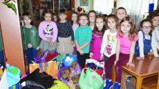 """Prichindeii Grădiniţei """"Luceafărul"""" au fost încântaţă să ajute alți copii (FOTO: Claudiu Tudor)"""