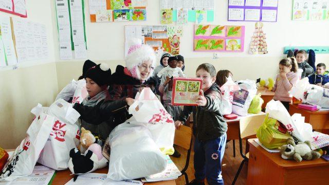 Copiii au căutat cu mult entuziasm în plăsuţele cu jucării (Foto: Bogdan Grosu)
