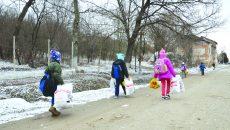 Copiii abia au cărat plasele cu daruri spre casă (Foto: Bogdan Grosu)