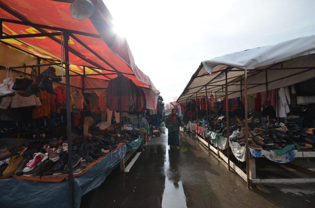 Sectorul cu îmbrăcăminte şi încălțăminte second-hand din Târgul Municipal Craiova funcționează fără autorizație de securitate la incendiu (Foto: Bogdan Grosu)