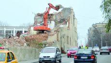 Pe strada Paşcani nu s-au impus restricţii de circulaţie în timp ce zidul morii era demolat (Foto: Bogdan Grosu)