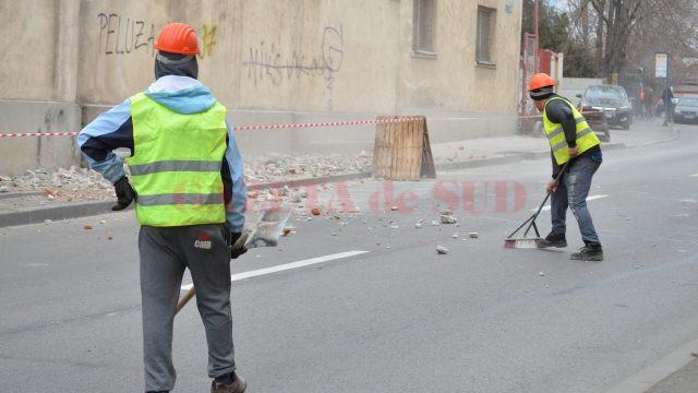 Muncitorii îndepărtau cu mătura bucăţile de moloz (Foto: Bogdan Grosu)