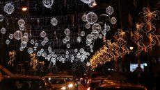 Luminile de Sărbători au fost oferite gratis primăriei, dar montarea și demontarea lor costă mult bugetul local (Foto: Bogdan Grosu)