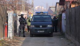 Elevul a fost ridicat de mai mulţi oameni ai legii înarmaţi (Foto> Bogdan Grosu)