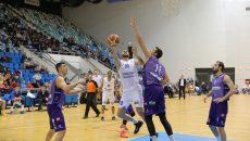 Cătălin Burlacu (la minge) şi colegii săi au pierdut meciul cu Timişoara (foto: Claudiu Tudor)
