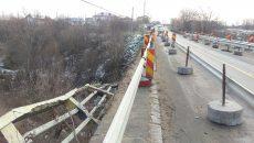 Drumul apare ca fiind în lucru, iar pe pod se circulă cu restricții, pe o singură bandă (Foto: Marian Apipie)