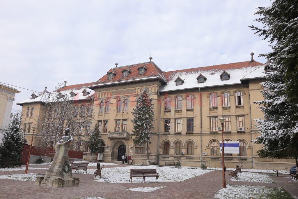"""La Colegiul Național """"Elena Cuza"""" din Craiova nu se asigură accesul corespunzător autospecialelor (Foto: Lucian Anghel)"""