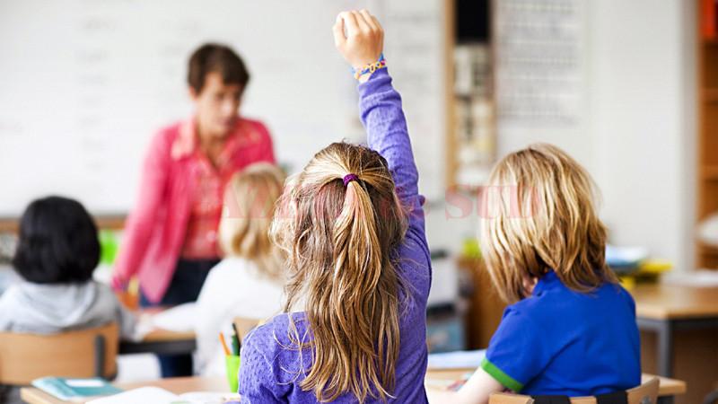 Un elev va aloca maximum opt ore pe zi pregătirii sale, în clasă și în afara ei