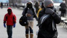 frig, oameni pe sstrada, haine groase