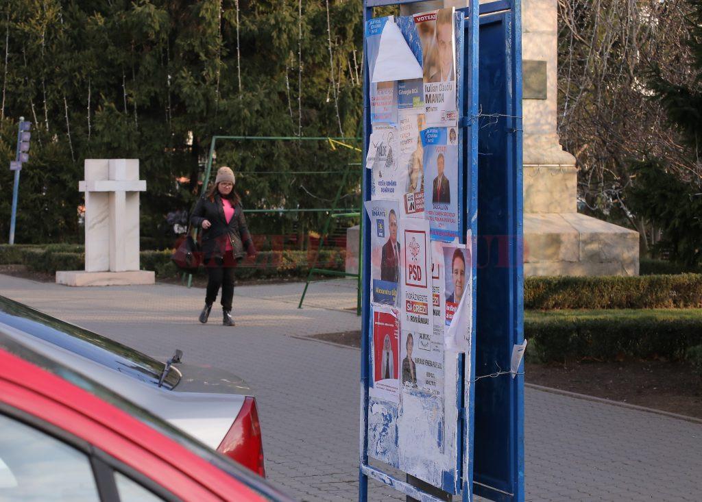 Panourile electorale, păzite nonstop de polițiștii locali. Este legal?  (Foto; Claudiu Tudor)