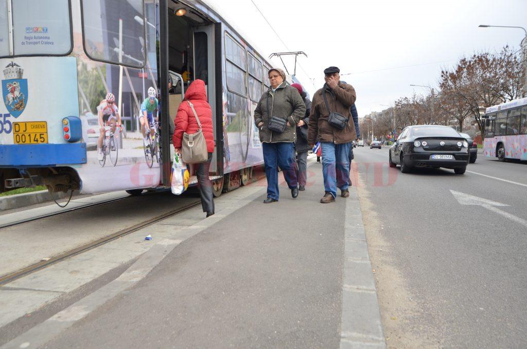 Craiovenii vor suferi şi în 2017 din cauza peroanelor înguste şi a distanţei mari dintre peron şi scara vagonului