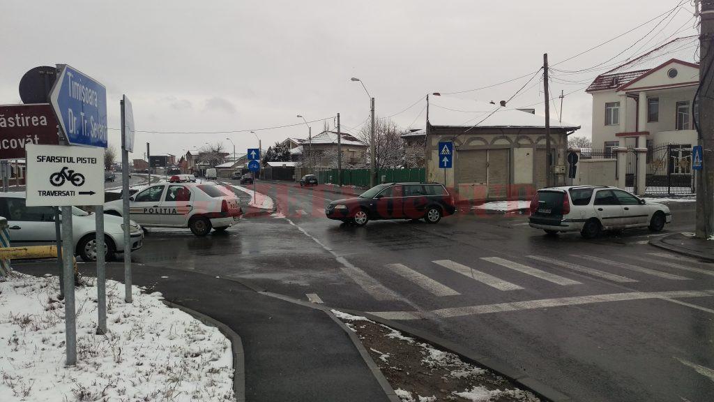 Pista de biciclete de pe Râului se întrerupe la intersecția cu strada Bucovăț, iar bicicliștii sunt obligați să folosească trei treceri de pietoni pentru a reveni din nou pe pistă  (Foto: Bogdan Grosu)