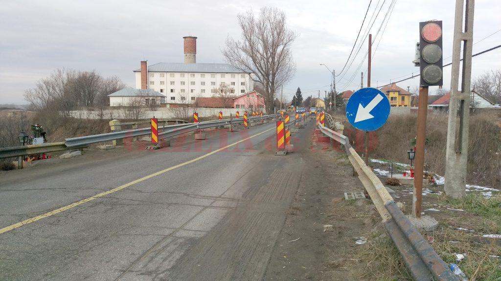 Podul de la Malu Mare prezintă și acum urmele accidentului rutier din vară, însă repararea sa a fost amânată pentru anul viitor (Foto: Marian Apipie)