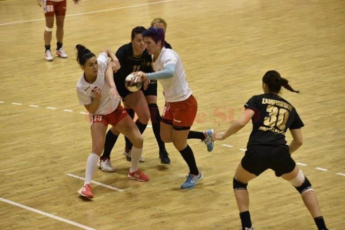 Mihaela Ani Senocico (la minge) şi colegele sale au învis Brăila la şase goluri diferenţă (foto: Facebook HCM Râmnicu Vâlcea))