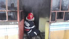 Pompierii au lichidat flăcările din imobilul din Dăneasa