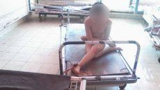 Bolnav legat de pat în Centrul de Recuperare şi Reabilitare Neuropsihică Măciuca