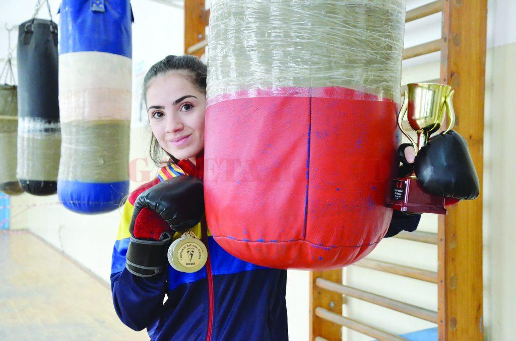Cristina Băran a împlinit ieri 17 ani. Nu şi-a luat liber la antrenament pentru că are  planuri mari în 2017: vrea să ajungă la europene şi mondiale şi să-şi apere cele trei titluri de campioană naţională. (Foto: Alexandru Vîrtosu)