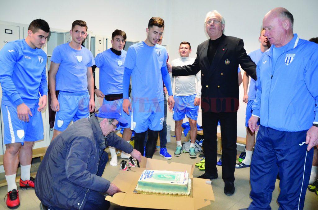 """Andrei Ivan a fost surprins plăcut de oficialii clubului şi de colegi, care i-au dăruit un tort şi i-au cântat """"La mulţi ani!"""" (Foto: Alexandru Vîrtosu)"""