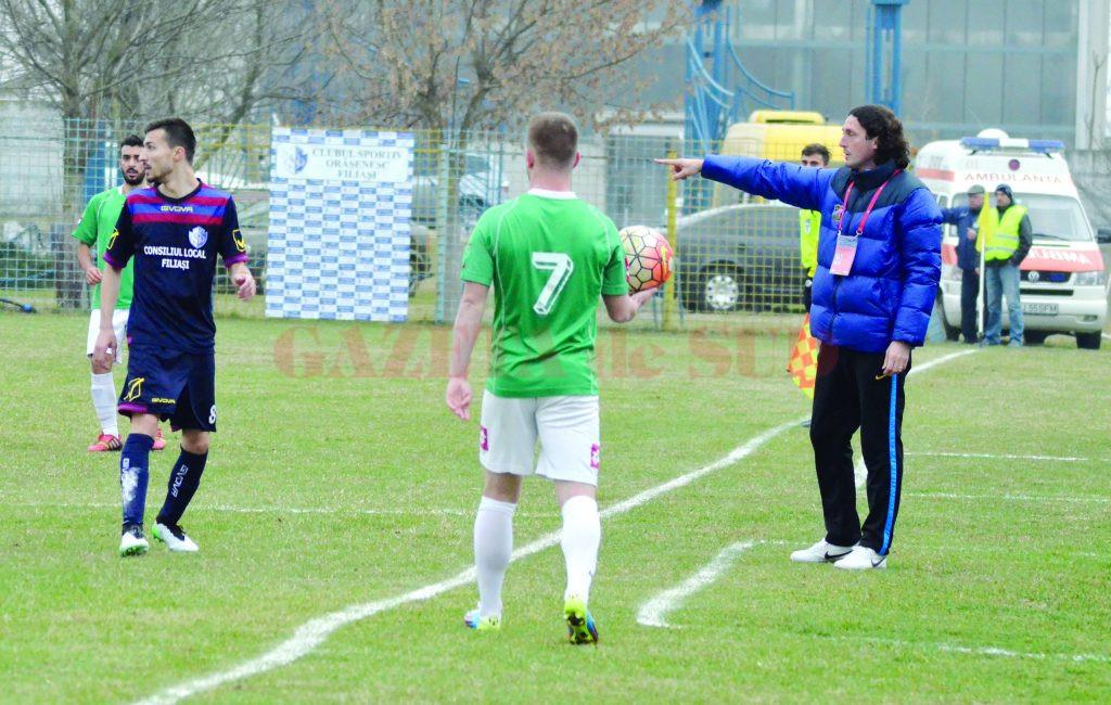 Florin Șoavă (dreapta) îi va conduce și în retur pe jucătorii lui CSO Filiași (Foto: Alexandru Vîrtosu)