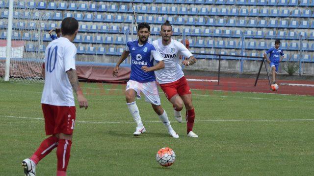 Bunoza (tricou alb în dreapta) este o variantă pentru defensiva Craiovei (Foto: Alexandru Vîrtosu)