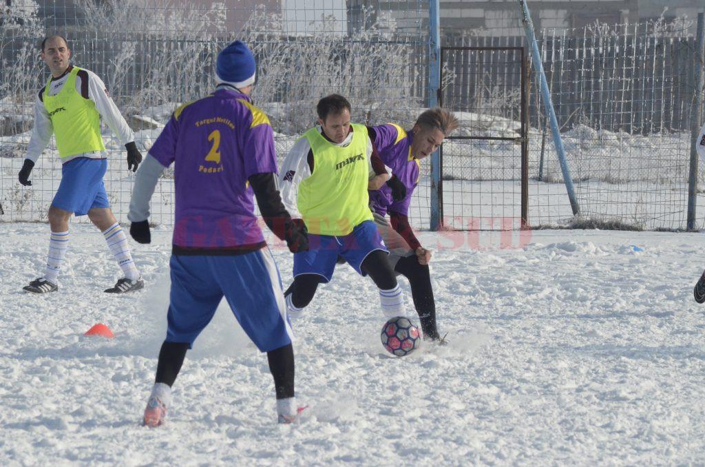 Podărenii (tricouri mov) au câștigat la pas primul joc amical al iernii (foto: Alexandru Vîrtosu)
