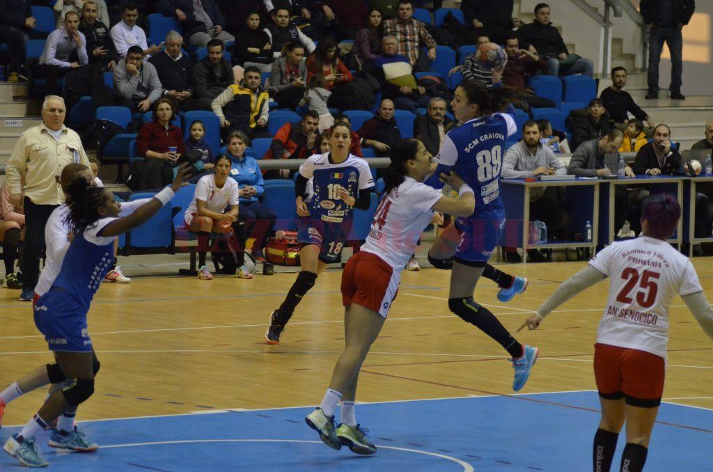 Cristina Zamfir (la minge) a marcat mai mult de jumătate din golurile echipei sale, dar craiovencele au pierdut meciul (foto: Alexandru Vîrtosu)