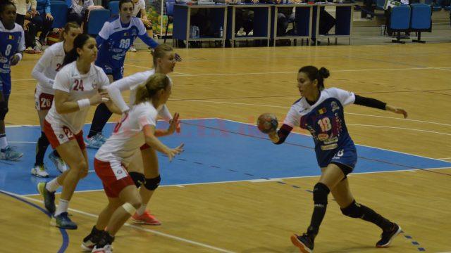 Dana Băbeanu (la minge) este căpitanul echipei SCM