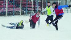 Jucătorii lui ACS Podari s-au dezmorțit la un fotbal pe zăpadă (Foto: Alexandru Vîrtosu)