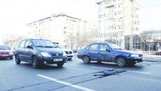 Un şanţ prost acoperit face probleme şoferilor, chiar în zona Universităţii (Foto: Bogdan Grosu)