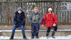 Copiii sunt cei care mai însufleţesc comuna, în drum spre şcoală  (Foto: Bogdan Grosu)