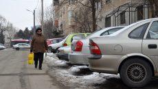 Câţiva stâlpi de electricitate de pe strada Paltinului sunt instalaţi chiar în mijlocul trotuarului (Foto: Bogdan Grosu)