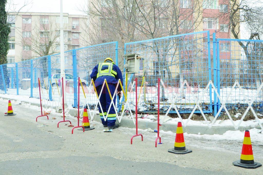 Pompierii şi reprezentanţii Engie au intervenit imediat la conducta avariată (Foto: Bogdan Grosu)