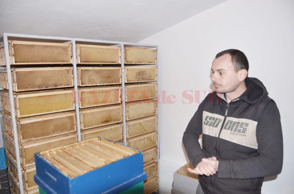 Teodor Gogan, unul dintre tinerii apicultori care au reuşit să transforme  pasiunea pentru albine într-o afacere (FOTO: Claudiu Tudor)