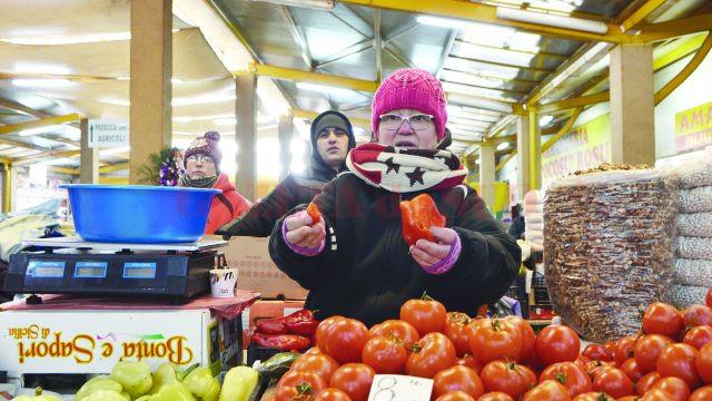 Unei comerciante din Piaţa Craioviţa i s-a stricat ardeiul din cauza gerului (Foto: Bogdan Grosu)