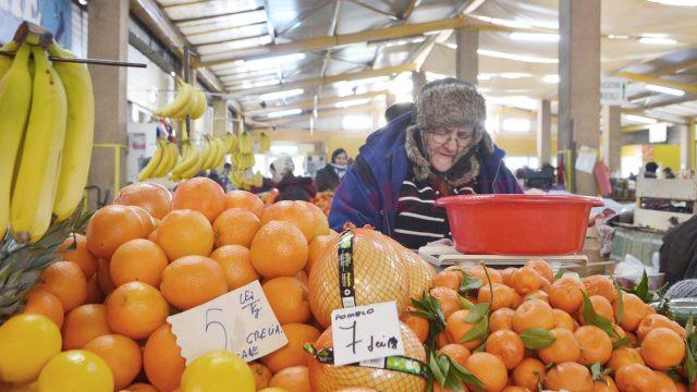 Vânzătorii stau înfofoliţi chiar şi în pieţele acoperite pentru a rezista frigului (Foto: Bogdan Grosu)