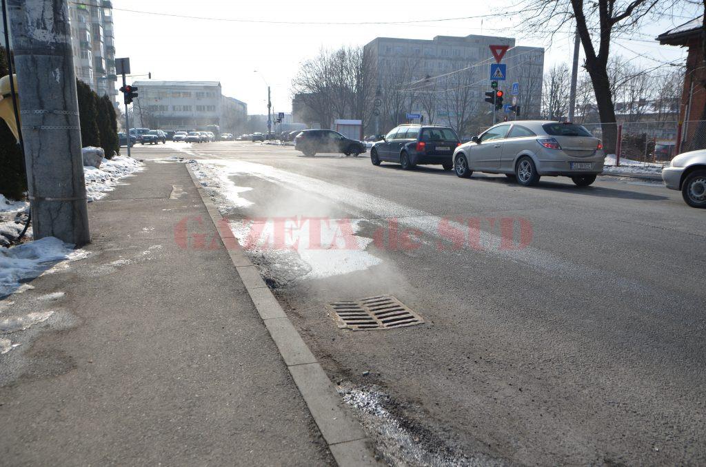 Pe gurile de canal de pe strada Sărarilor iese abur de la agentul termic primar scurs dintr-o conductă spartă a CEO (Foto: Claudiu Tudor)