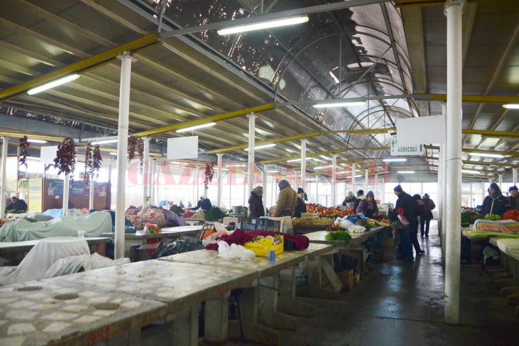 Multe dintre mesele din Piaţa Centrală erau goale (Foto: Bogdan Grosu)