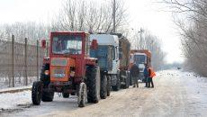 Vineri, la ora 11.30, la depozitul de la Mofleni așteptau două autogunoiere și două tractoare  (Foto: Bogdan Grosu)