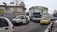 Mulţi şoferi parchează în staţiile de autobuz, deşi acest lucru este interzis de lege (Foto: Bogdan Grosu)