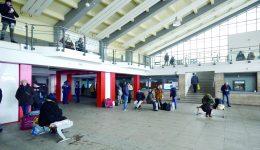 Călătorii aşteaptă înfofoliţi trenurile din cauza temperaturii scăzute din gară (Foto: Bogdan Grosu)